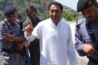 Constable aims gun at kamal nath overpowered by mp s guards