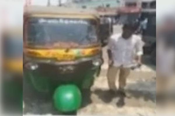 Auto driver challaned by traffic police for helmetless driving